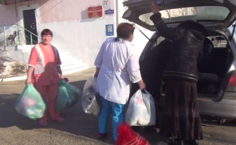 """Сотрудники молодёжного центра """"Наследникъ"""" передают гуманитарную помощь в больницу"""