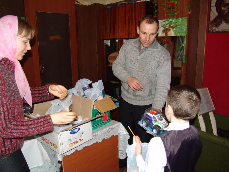 Ребята из Дет.дома №2 получают рождественские подарки в Порт-Артурском храме