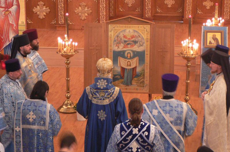 Епископ Аляски Николай молится перед Порт-Артурской иконой в Свято-Иннокентьевском Соборе в Анкоридже