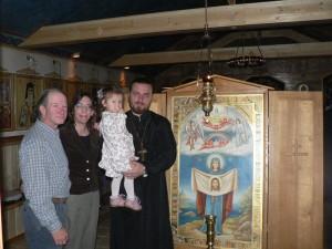 У иконы встретилась семья, взявшая приемную дочь из детского дома в Уссурийске