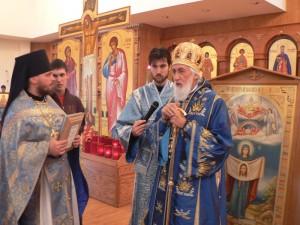 В Соборе Святителя Иннокентия Московского в Анкоридже Епископ Николай приветствует гостей из России
