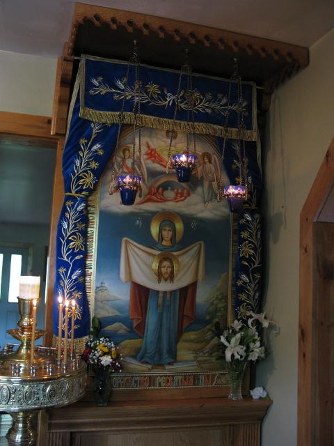 Американский список Порт-Артурской иконы Божией Матери стоит при входе в храм Крестовоздвиженского монастыря в Зап.Вирджинии, США