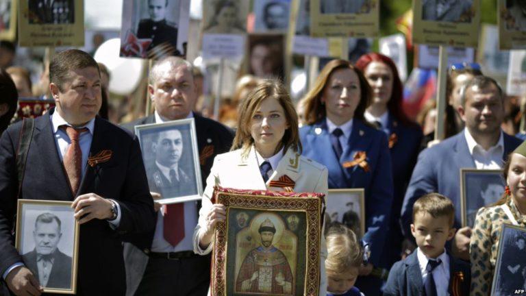 Наталья Поклонская с иконой Царя Николая в Безсметрном полку